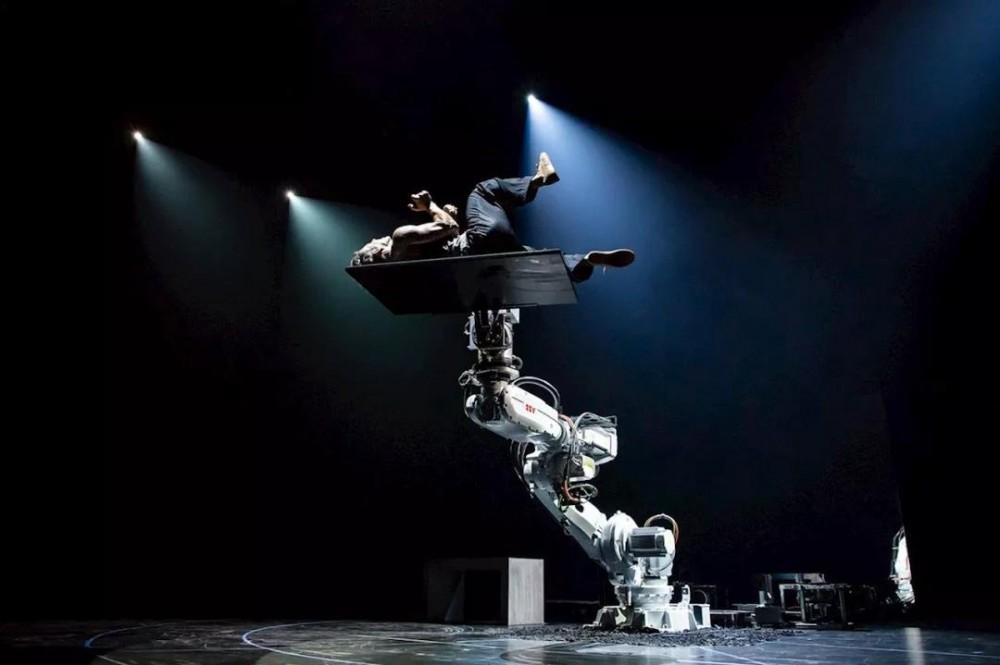 ABB机器人与人类完美协作上演震撼现代舞