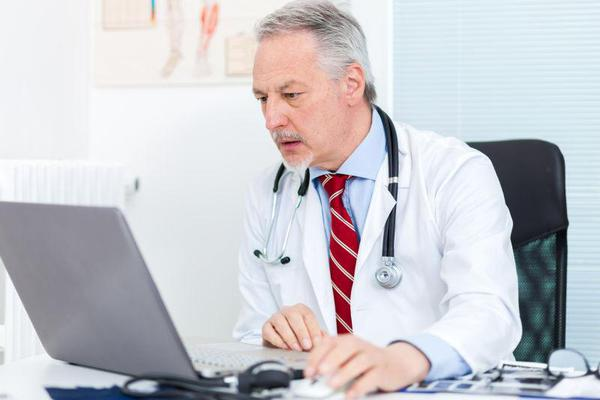原来在医生眼里,电脑成了医生和病人之间