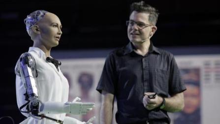 索菲亚机器人创造者希望类人生物学习人类的感