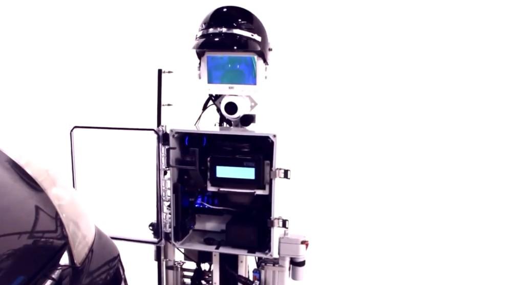 工程师发明了一款警察机器人,