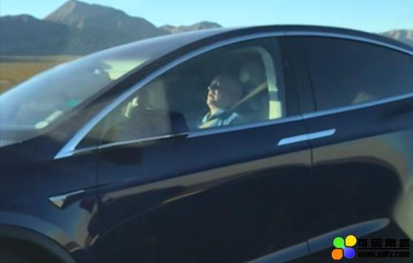 美议员批特斯拉:不能再让司机睡觉开车了